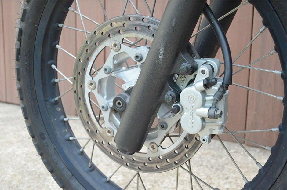 Muito cuidado com o fluido do freio da sua moto na quarentena.