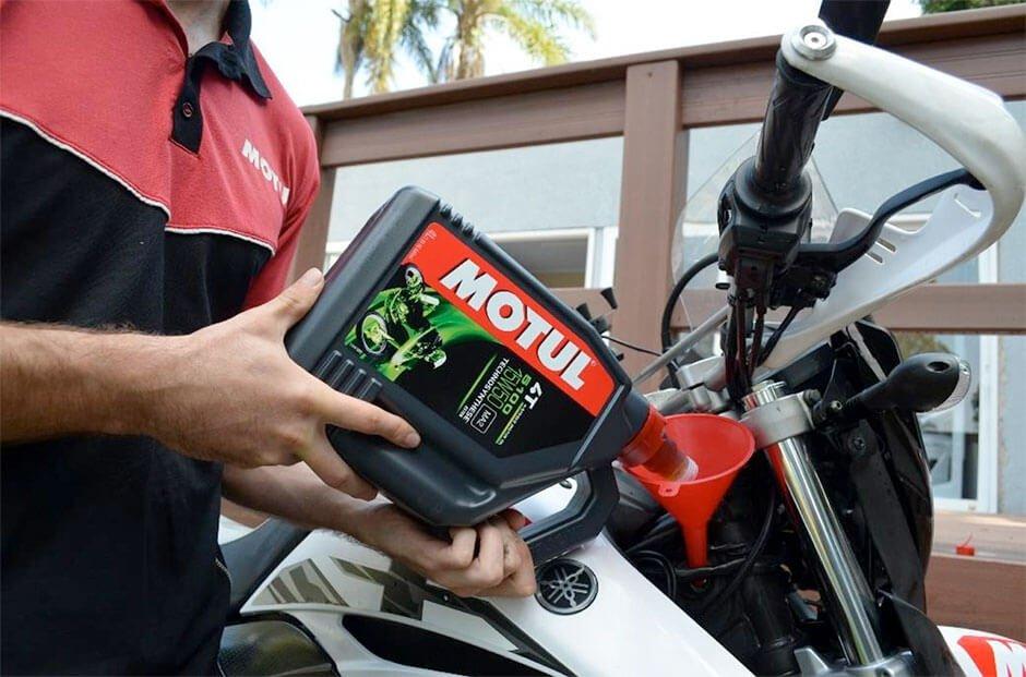 Não esqueça de trocar o óleo da sua moto na quarentena.