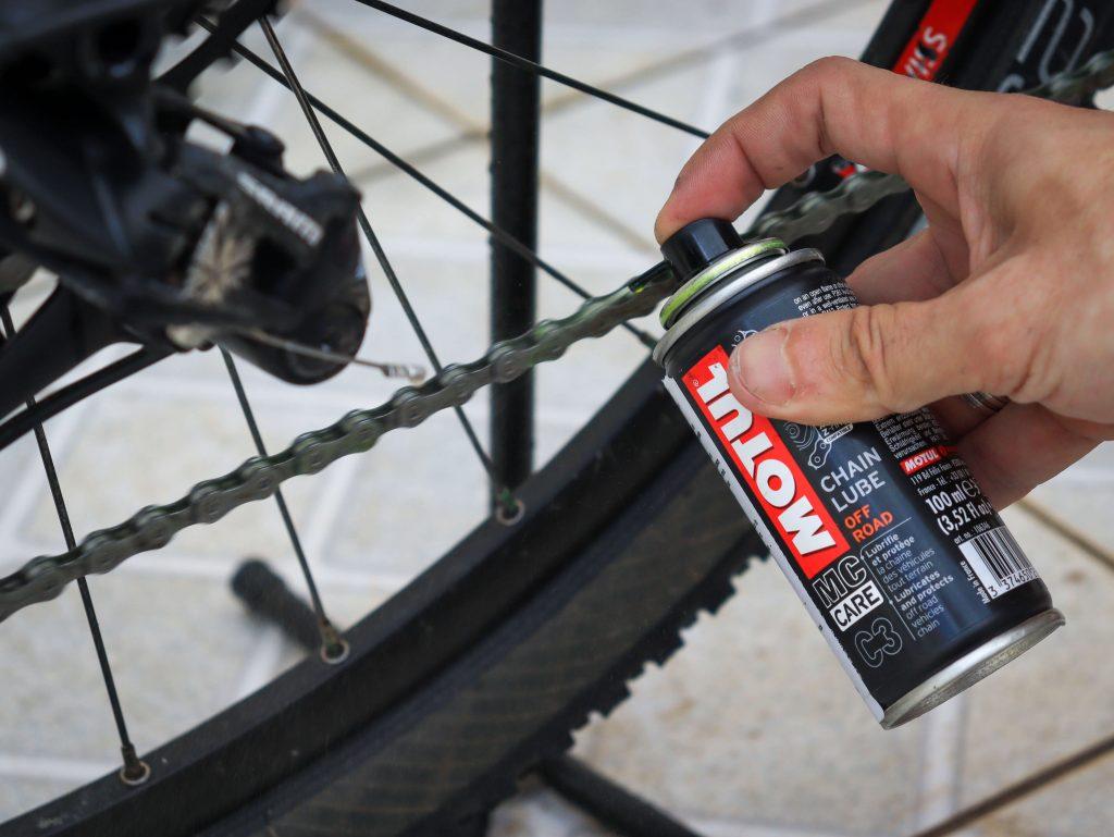 Fazer a lubrificação da corrente da bicicleta é fundamental para prolongar a vida útil.